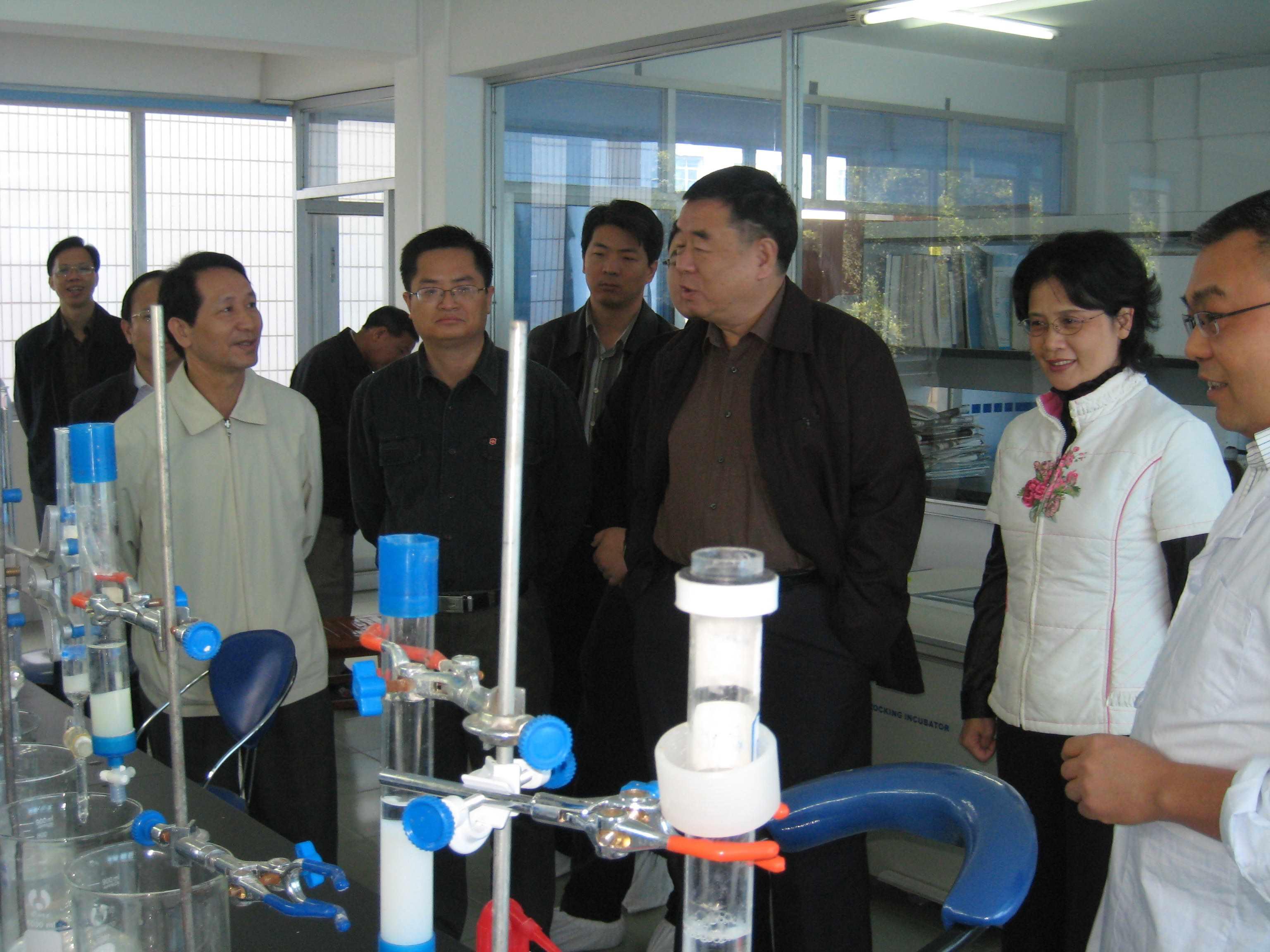 2007.11.27自治区政协主席马庆生视察我所的生物抗体实验室