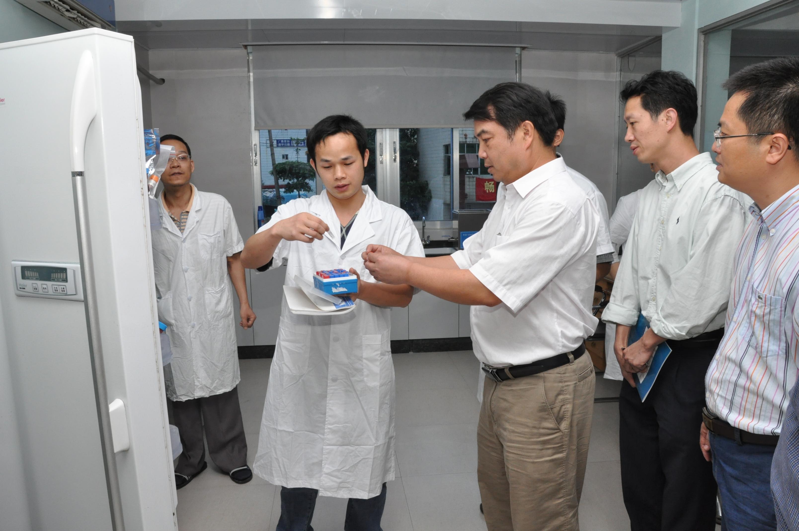 2009.05.07自治区科技厅厅长陈大克到我所实验室指导工作